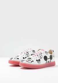 MOA - Master of Arts - GALLERY - Trainers - white/fuxia - 4