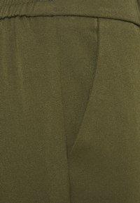 Vero Moda Petite - VMMAYA SOLID PANT - Trousers - ivy green - 6