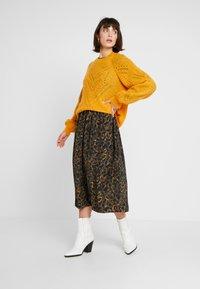 JUST FEMALE - MIE MAXI DRESS - Maxi dress - black/yellow - 1