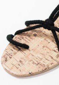 Public Desire - MOJITO - Sandály s odděleným palcem - black - 2