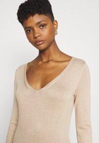 Even&Odd - KNIT MAXI V NECK DRESS WITH SLIT - Strikket kjole - camel - 3