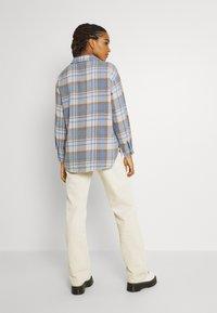 Vero Moda - VMSHAY SHIRT - Skjorte - pristine/allure - 2