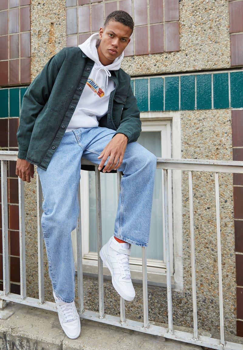 adidas Originals - FORUM MID UNISEX - Höga sneakers - ftwr white/ftwr white/ftwr white