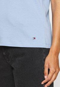Tommy Hilfiger - CLEO REGULAR  - T-shirt z nadrukiem - blue - 5