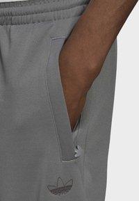 adidas Originals - BLOCKED POLY ORIGINALS SPRT COLLECTION TRACK PANTS - Träningsbyxor - grey - 3