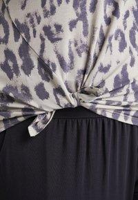 YOGA CURVES - SLIT - Camiseta estampada - sand - 4