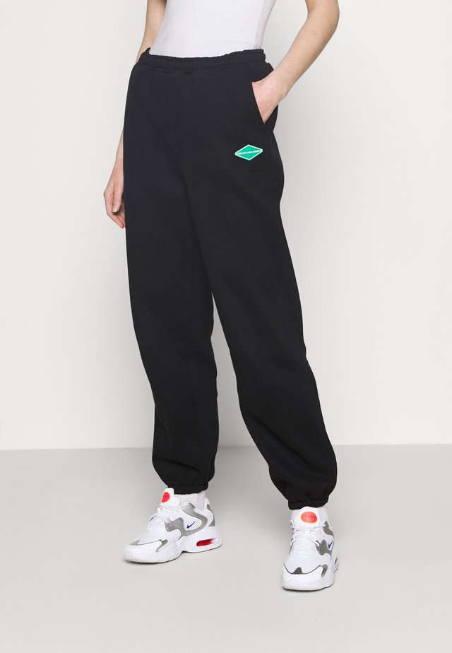 LOGO COLLAGE PANTS - Joggebukse - black