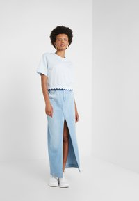 Opening Ceremony - SCALLOP CROPPED TEE - Print T-shirt - dust blue - 1