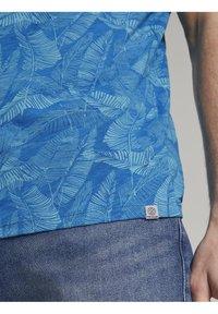 TOM TAILOR - Print T-shirt - midblue leaf design - 4