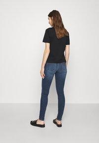 Calvin Klein Jeans - MID RISE  - Skinny-Farkut - mid blue - 2