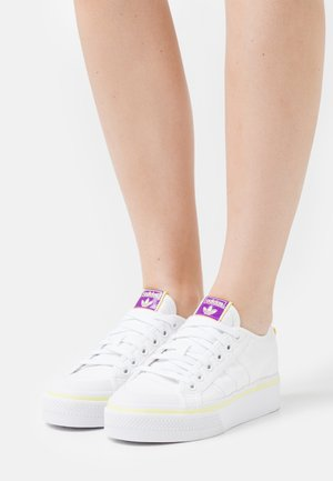 NIZZA PLATFORM  - Joggesko - footwear white/semi frozen yellow/shock purple