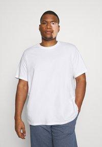 Levi's® Plus - BIG TEE 2 PACK  - Basic T-shirt - white/dress blues - 4