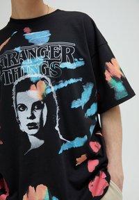 PULL&BEAR - STRANGER THINGS - Print T-shirt - black - 7