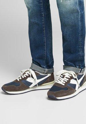 Sneakers - pelican