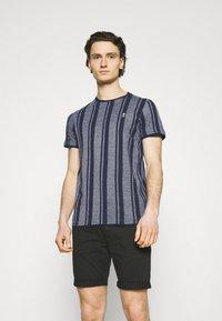 Nerve - SIMON TEE - Print T-shirt - navy blazer - 0