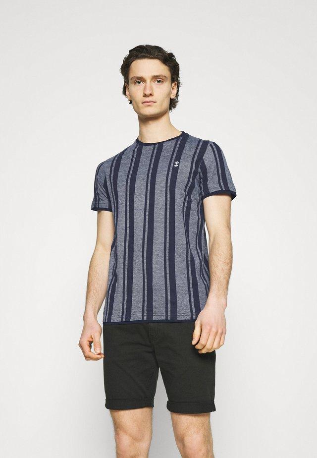 SIMON TEE - Camiseta estampada - navy blazer