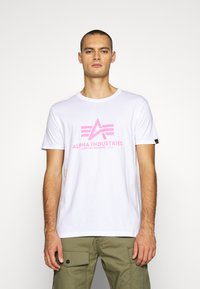 Alpha Industries - BASIC - T-shirt med print - white/neon pink - 0