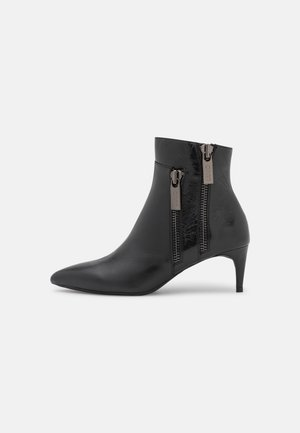 VICKIE - Korte laarzen - black