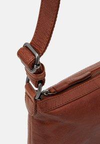 FREDsBRUDER - COSY - Across body bag - whisky - 3