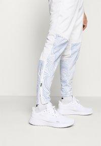 Nike Performance - ESSENTIAL THERMA PANT EKIDEN - Pantalones deportivos - white/black - 3