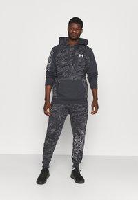 Under Armour - RIVAL CAMO SCRIPT - Sweatshirt - black - 1