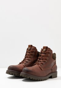 Wrangler - YUMA - Lace-up ankle boots - cognac/military - 2