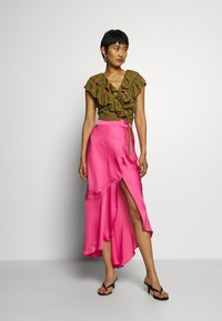 Who What Wear - RUFFLE WRAP - Blouse - army/pink - 1