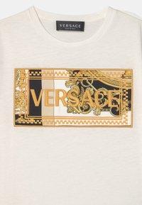 Versace - HERITAGE EMBRODER UNISEX - Triko spotiskem - white/black/gold - 2