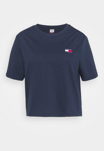 BADGE TEE - Print T-shirt - twilight navy