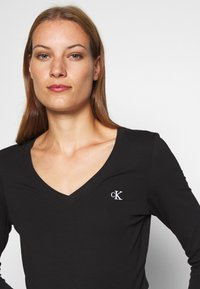 Calvin Klein Jeans - V NECK - Long sleeved top - black - 4