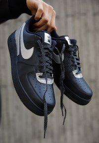 Nike Sportswear - AIR FORCE 1 '07 LV8 3M UNISEX - Sneakers basse - black/metallic silver - 2