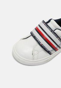 Tommy Hilfiger - Baskets basses - white/blue/red - 5