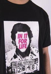 Cayler & Sons - CAYLER & SONS HERREN CSBL FOR LIFE SEMI BOX TEE - Print T-shirt - bk/pink - 2