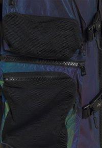 Calvin Klein Jeans - TECHNICAL 2 IN 1 UTILITY JACKET - Bodywarmer - purple/olive - 6