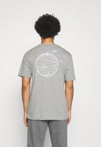 Nike Sportswear - T-shirt med print - grey heather - 0