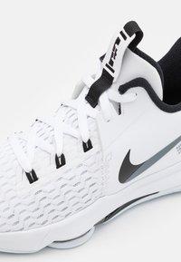 Nike Performance - LEBRON WITNESS 5 - Basketsko - white/black - 5