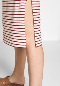Boob - SIMONE SLEEVELESS DRESS - Robe en jersey - off-white/red - 3