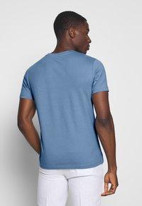 Marc O'Polo - SHORT SLEEVE ROUND NECK - Print T-shirt - riviera - 2