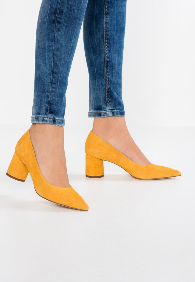 LEATHER CLASSIC HEELS - Decolleté - yellow