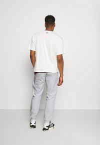 adidas Originals - COLLEGIATE CREST UNISEX - Träningsbyxor - light grey - 2
