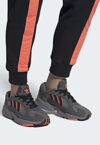 adidas Originals - YUNG-1 SHOES - Sneakers - grey - 1