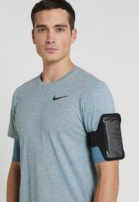 Nike Performance - LEAN ARM BAND PLUS - Jiné doplňky - black/black/silver - 1