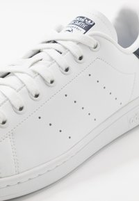 adidas Originals - STAN SMITH VEGAN SPORTS INSPIRED SHOES UNISEX - Trainers - footwear white/collegiate navy/green - 5