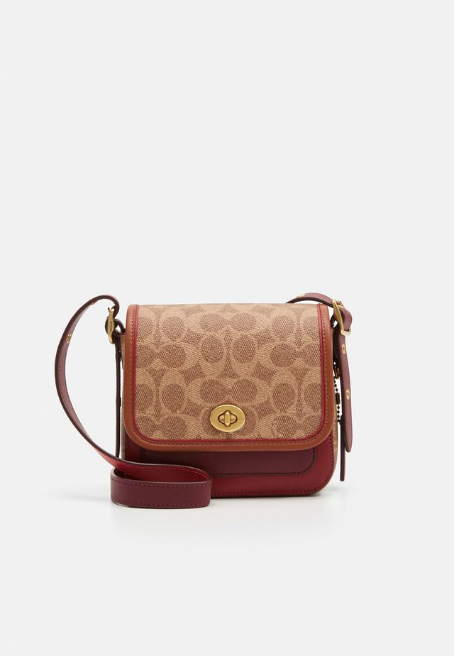 SIGNATURE WITH CONTRAST TRIM RAMBLER CROSSBODY  - Axelremsväska - tan/maroon