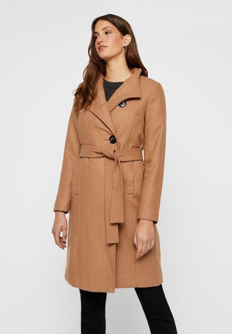 Vero Moda - MANTEL GÜRTEL WOLL - Manteau classique - light brown