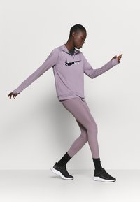 Nike Performance - RUN MIDLAYER - Tekninen urheilupaita - purple smoke/black - 1