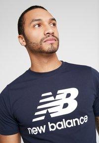 New Balance - ESSENTIALS STACKED LOGO  - Print T-shirt - eclipse - 3