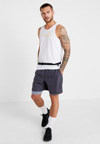 Nike Performance - RISE TANK ARTIST - Funktionströja - white/chrome yellow/reflective silver - 1