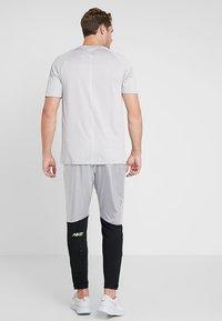 Nike Performance - ELITE TRACK PANT AIR - Træningsbukser - black/white - 2