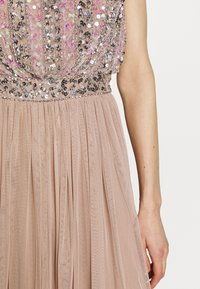 Maya Deluxe - EMBELLISHED OVERLAY DRESS WITH IRIDESCENT SEQUIN DETAIL - Iltapuku - taupe blush - 7